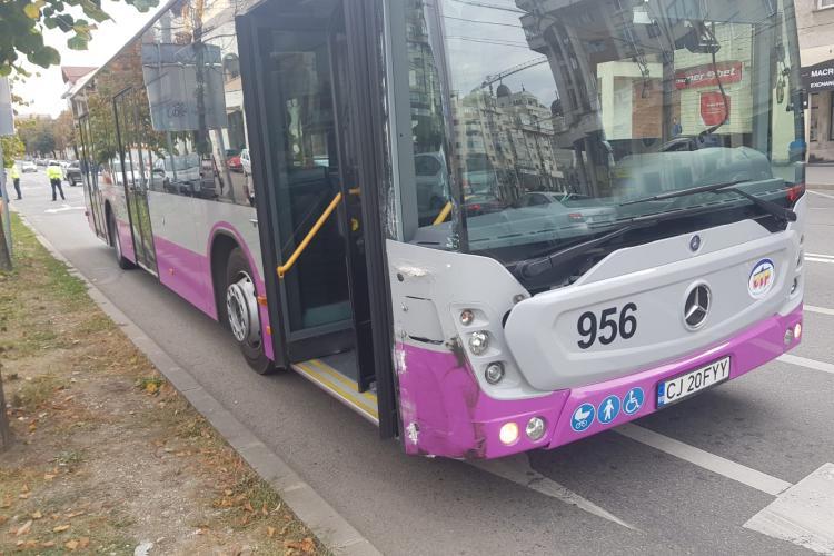Autobuz lovit de un autoturism pe Constantin Brâncuși - FOTO