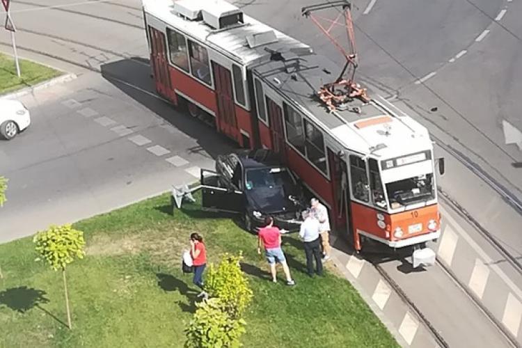 Un tramvai a lovit un autoturism în Mănăștur - FOTO