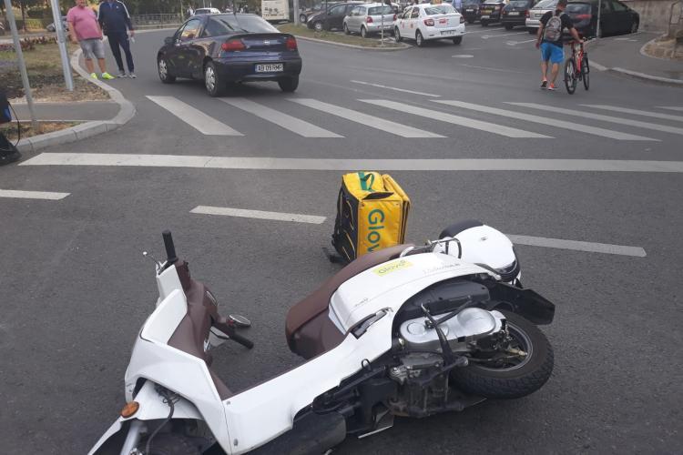 Două accidente în interval de o oră pe strada Primăverii. Motoscuter împrăștiat pe stradă - FOTO