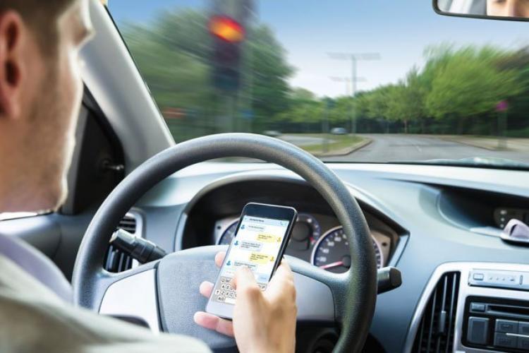 Polițiștii clujeni avertizează: Fără mesaje, live-uri sau vorbit la telefon la volan! Ce riscă șoferii