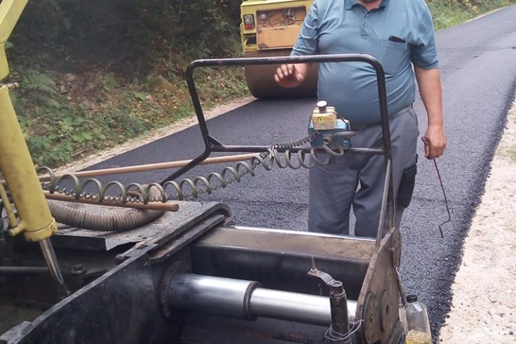 Atenție, șoferi! Lucrări de asfaltare pe drumul de la Măguri Răcătău