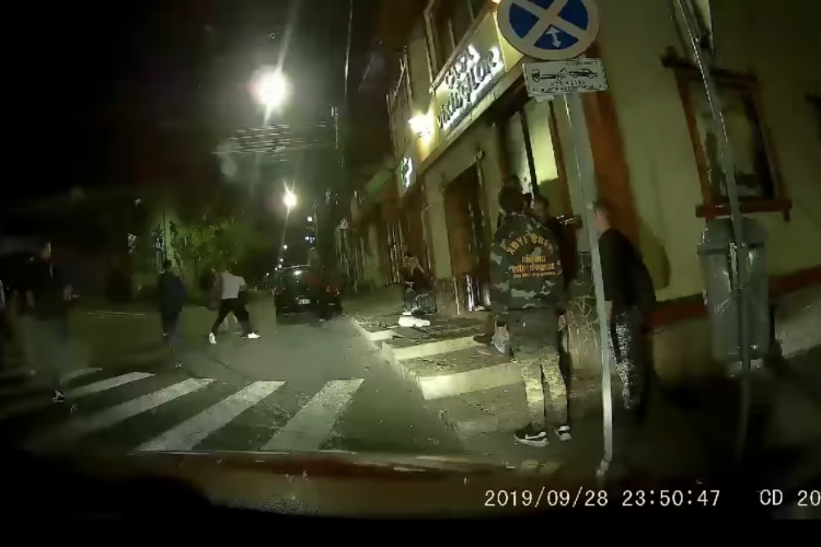"""""""Bataie studentească"""" în Hașdeu. Mai multe persoane s-au luat la pumni pe strada Piezișă - VIDEO"""