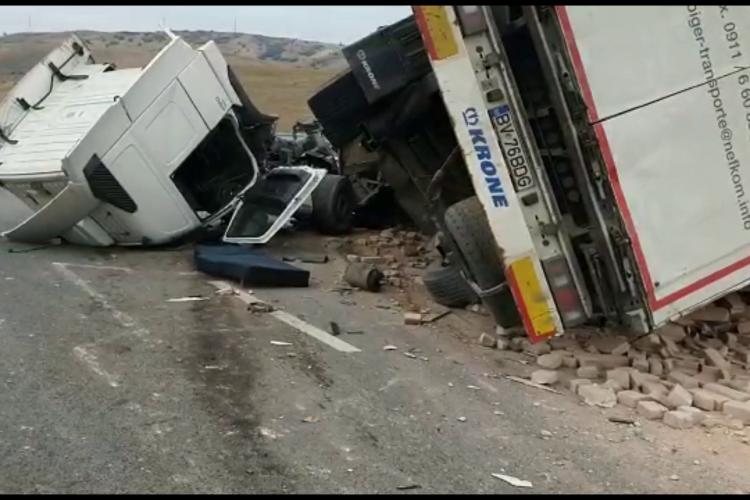 Accident pe Autostrada A10. Un autotren s-a răsturnat - VIDEO