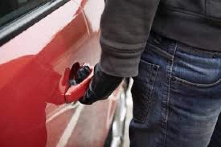 Hoț de mașini reținut de polițiștii clujeni. Un trecător l-a văzut în timp ce încerca să forțeze o portieră