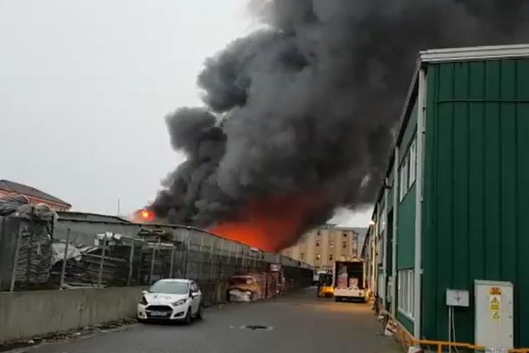 Incendiu puternic în Florești, la un depozit - VIDEO