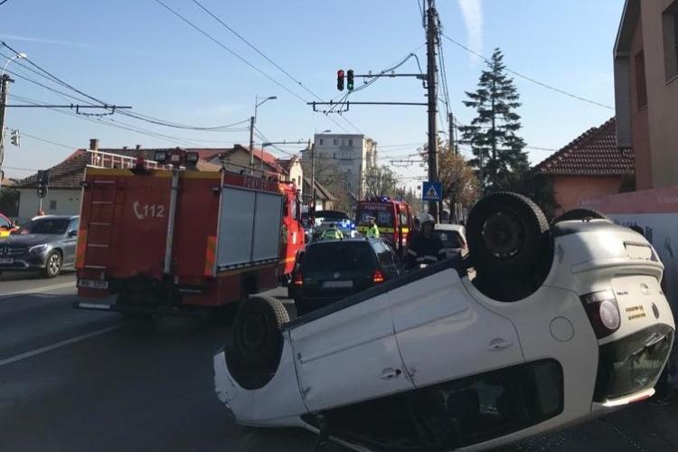 Accident cu două victime în Someșeni. O mașină a ajuns cu roțile în sus FOTO