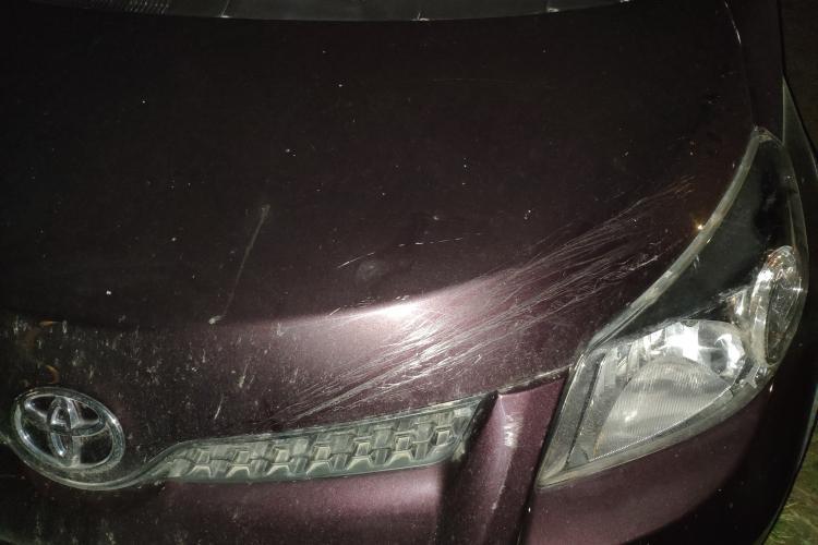 Evitați strada Cantonului! Un cablu de oțel întins peste stradă i-a avariat mașina unui clujean - FOTO