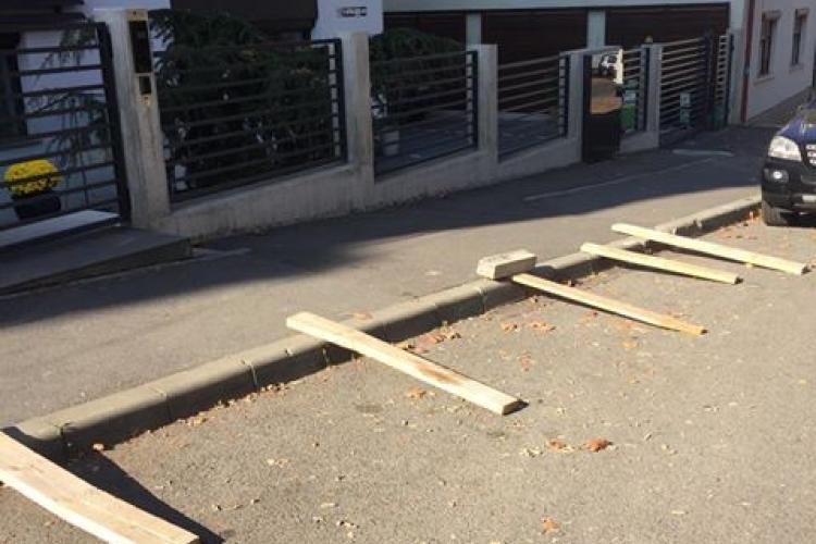 """Șmecheria prin care la Cluj-Napoca poți bloca o parcare. """"Prosteala"""" ține de câteva luni - FOTO"""