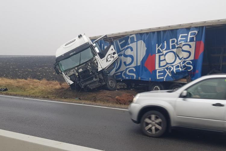 Accident pe drumul Cluj - Turda! Un șofer a intrat cu TIR-ul în parapeți, după ce a adormit la volan FOTO