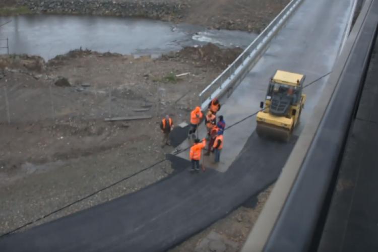 Drumul spre podul Porțelanului, asfaltat pe ploaie - VIDEO