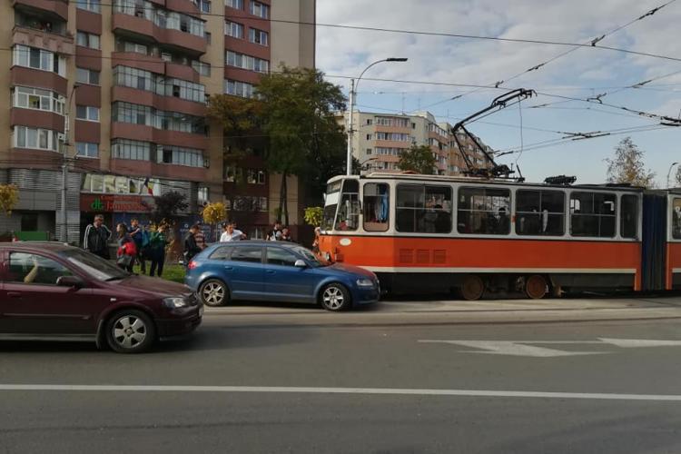 Neatenția costă! Accident între un Audi și un tramvai, în Mănăștur FOTO