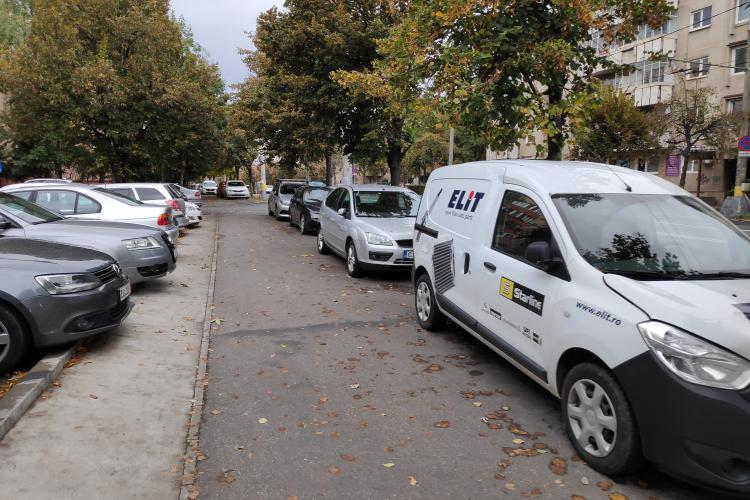 Parcările pe Nicolae Titulescu s-au mutat de pe stradă pe trotuare. Cine e de vină? - FOTO