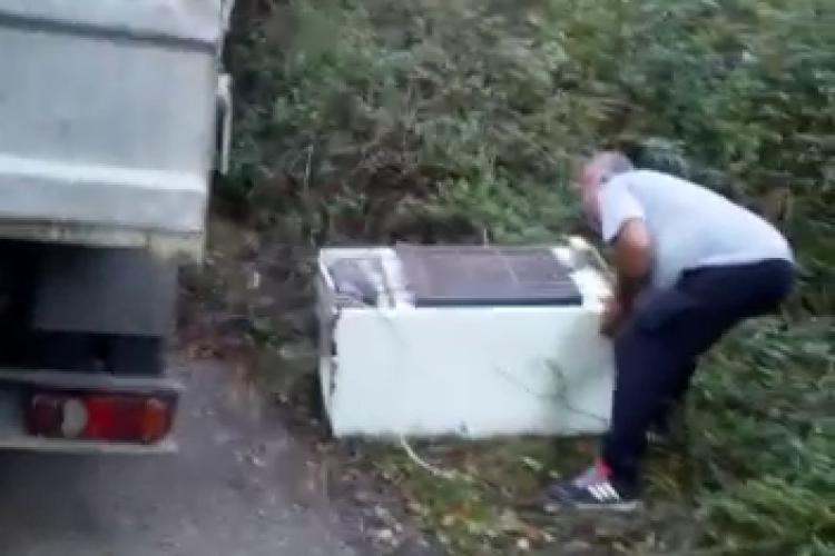 """Clujean filmat în Hoia când arunca gunoaie. A spus că i-au """"căzut din mașină"""". Limbajul e sub orice critică - VIDEO"""