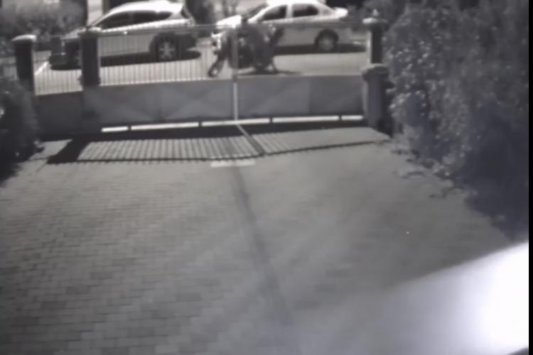 Hoț neîndemânatic surprins de camere în timp ce încerca să fure o motocicletă din Zorilor. Nu a putut să o pornească și a abandonat-o pe stradă VIDEO