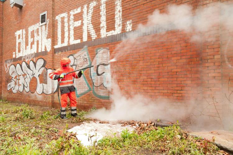 Clujul a cumpărat un utilaj de curățat graffiti -ul de pe clădiri