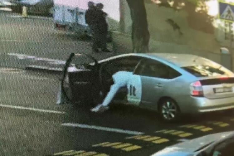Șofer Bolt filmat la Cluj când lua un telefon căzut pe stradă. Acum refuză să-l returneze - VIDEO