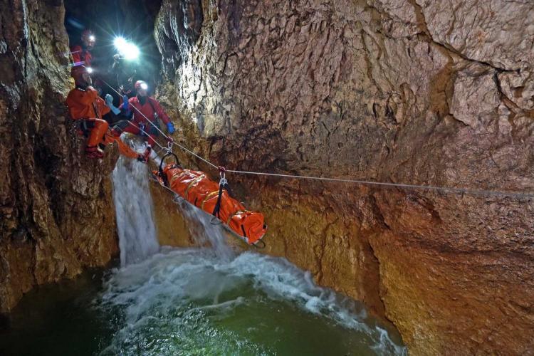 Amplu exerciţiu de salvare al Salvamont Cluj, în peştera Şura Mare, Munţii Şureanu - FOTO