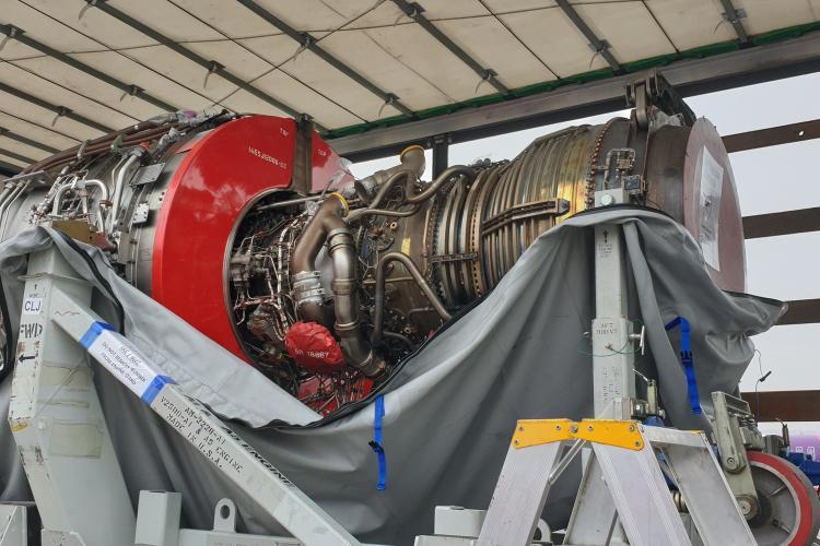 Wizz Air schimbă motorul unui avion chiar pe pista de la Cluj - FOTO