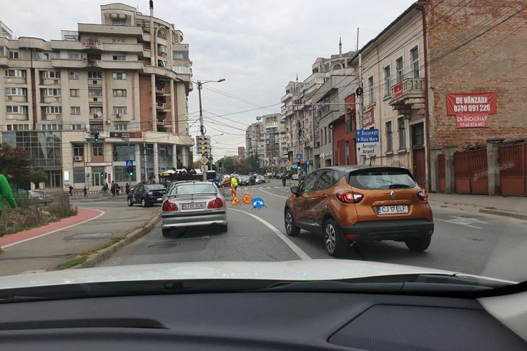 Dorel a săpat o groapă în Piața Cipariu și a bulversat traficul până în Feleacu - FOTO