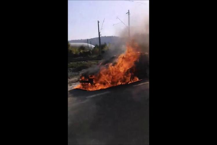 Un autoturism a luat foc în Sânnicoară - VIDEO