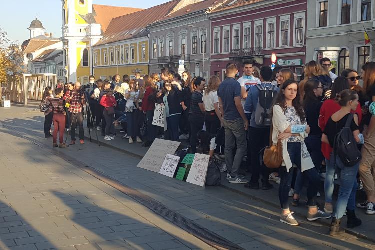 Absolventii UMF protesteaza la Cluj si cer organizarea examenului de Rezidentiat: Nu vrem sa plecam - VIDEO