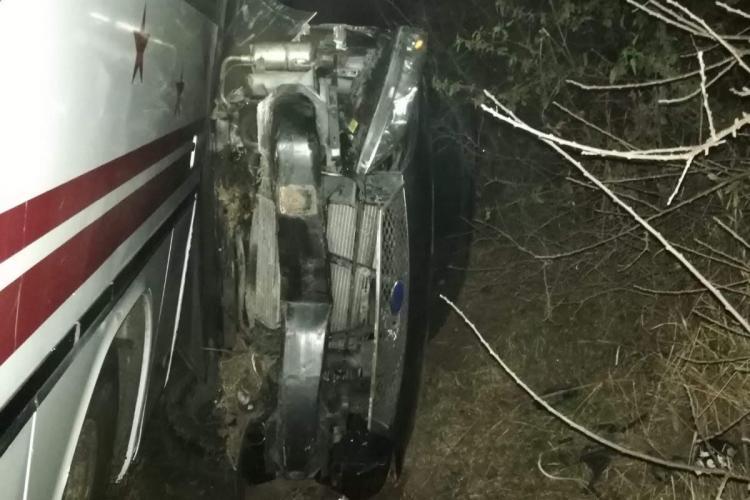 Accident la Suatu! Un autoturism s-a răsturnat și a fost strivit de un autocar - FOTO