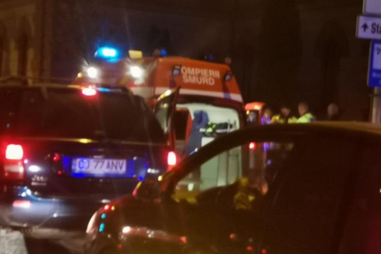 Taxi oprit pe banda de autobuz lângă Curtea de Apel Cluj. Pasagerul a deschis portiera și a făcut accident - FOTO