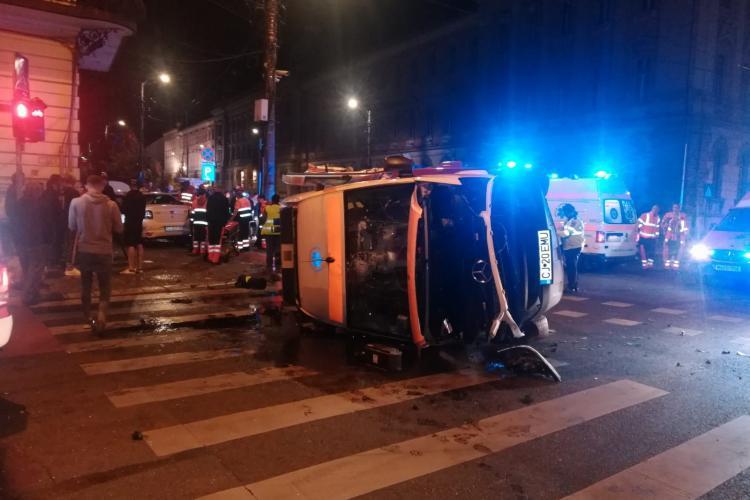 Accident GRAV în Piața Avram Iancu! Ambulanță lovită de un taximetru - Imagini de la locul incidentului VIDEO/FOTO