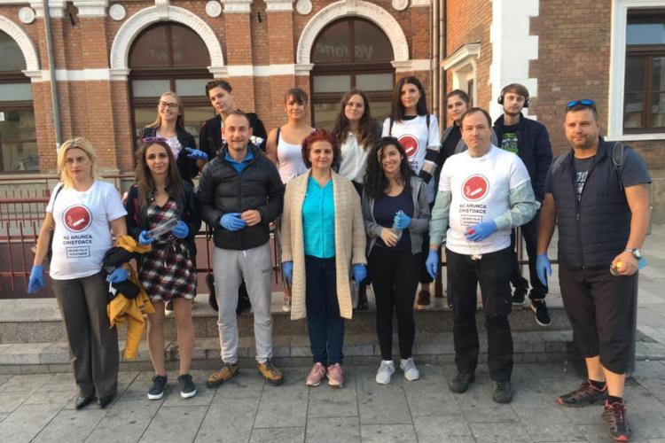 Fost președinte al Consiliului Județean Cluj a adunat chiștoace de pe jos în Piața Gării - FOTO