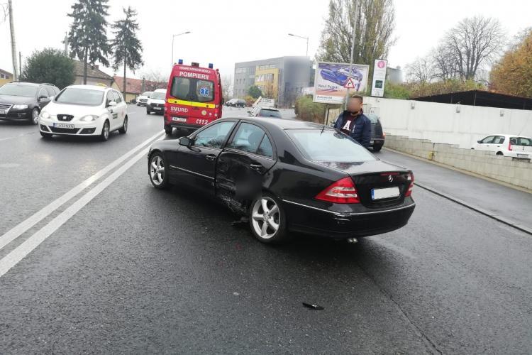 Accident pe Calea Turzii! Un șofer a fost scos din mașină de către pompieri FOTO