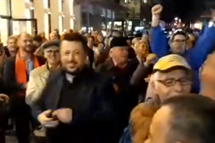 Dăncilă HUIDUITĂ la ieșire de la Cinema Florin Piersic: Ciuma ROȘIE! / Susținătorii PSD au ripostat - VIDEO