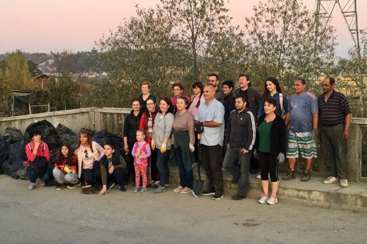 Voluntarii din Turda au curățat podul de pe strada Panait Cerna - VIDEO și FOTO