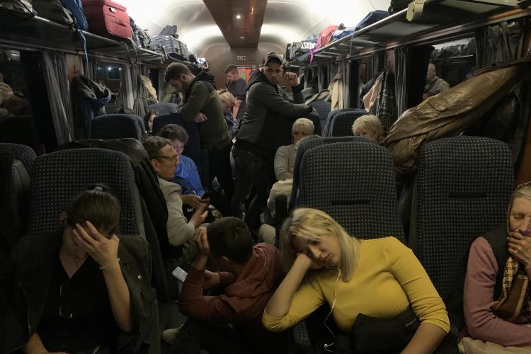 """CFR își bate joc de pasageri și îi umilește. Scandal în trenul București - Cluj. Controlorul: """"Mai stați și acasă!"""" - FOTO"""