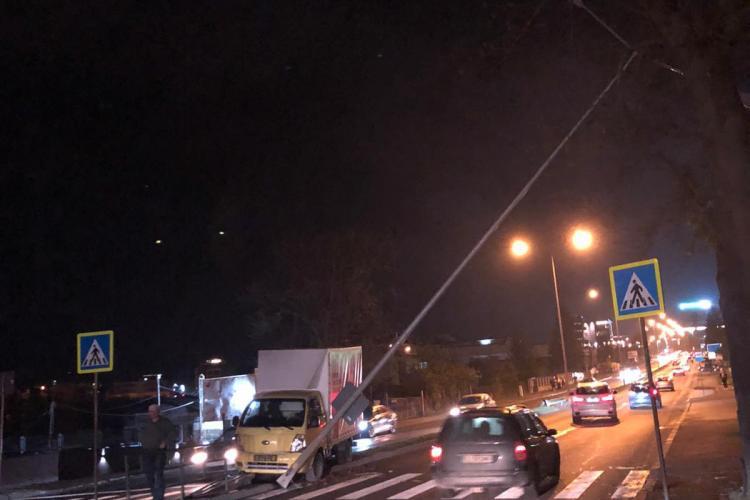 Accident pe Calea Turzii! A lovit un stâlp de pe breteaua care separă sensurile - FOTO