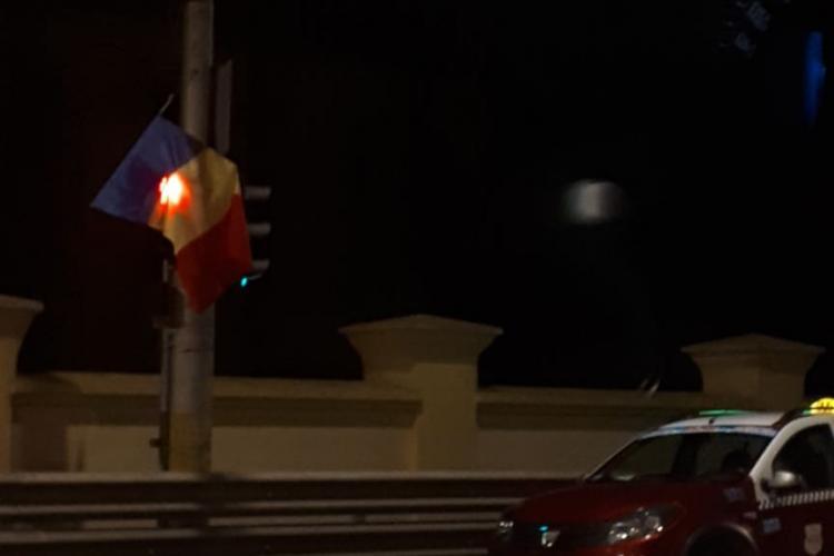 Tinerii glumeți au acoperit semaforul de pe Calea Mănăștur, din fața Platinia, fiind risc de accidente - FOTO