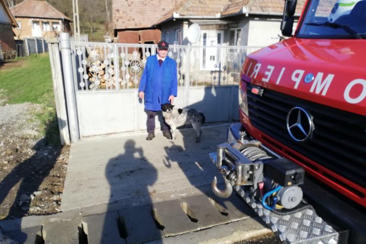 Câine salvat de pompierii clujeni după ce a rămas blocat peste noapte într-o fântână FOTO/VIDEO