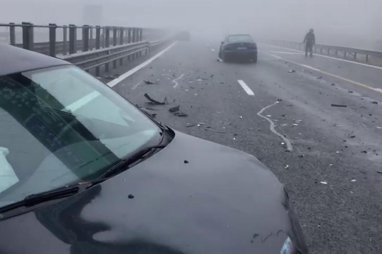 Accident cu patru mașini pe Autostrada Transilvania. Era ceață și drum ud - VIDEO