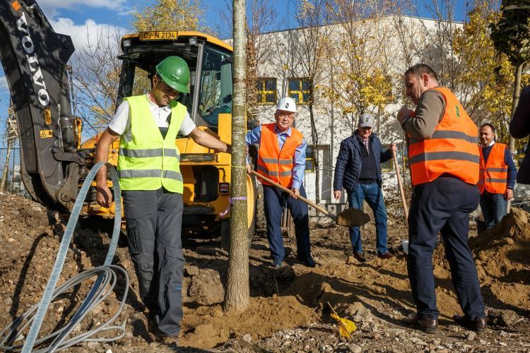 Boc a plantat primii copaci din Parcul Între Lacuri - FOTO
