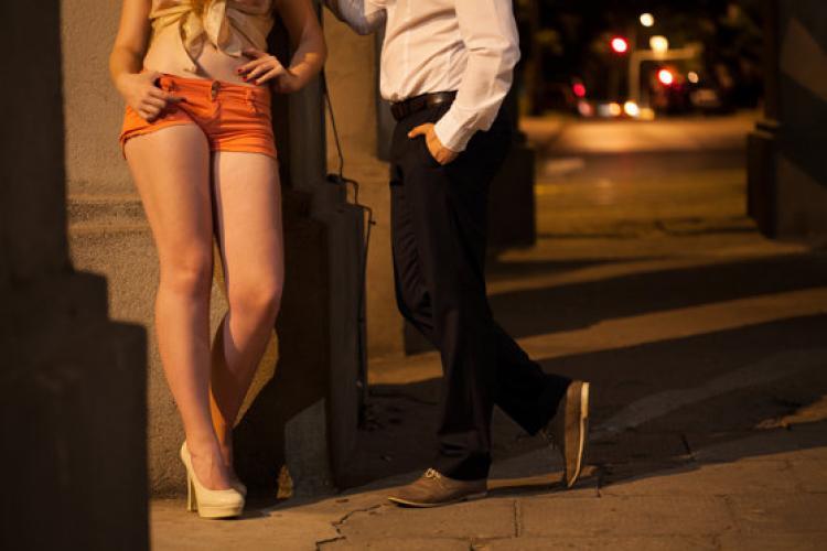 Clujean șantajat de două tinere, după ce a făcut sex cu ele! Au fost reținute