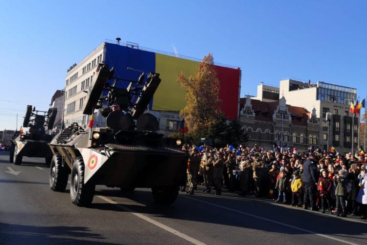 Ceremonie militară superbă la Cluj de 1 Decembrie. Tricolor uriaș pe faţada Cercului Militar - FOTO