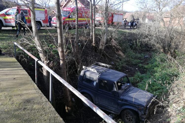 Accident pe un drum din Cluj! Un șofer a ajuns la spital după ce a căzut cu mașina de la 3 metri înălțime FOTO/ VIDEO