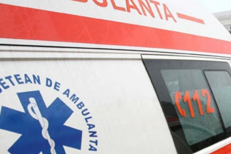 CLUJ: Accident între un autoturism și un microbuz! Două persoane au fost rănite