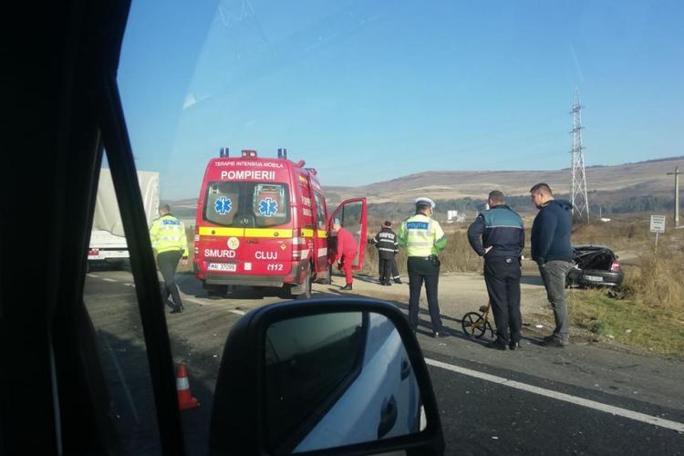 UPDATE Accident între două mașini la intrare în Gilău. Două persoane au fost rănite FOTO