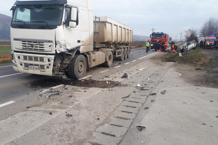 UPDATE: Un bărbat și o femeie însărcinată au murit!/Accident GRAV între un camion și o mașină pe un drum din Cluj!  FOTO VIDEO