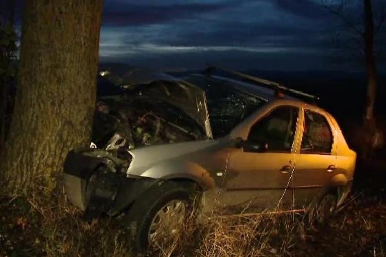 La un pas de tragedie, pe un drum din Cluj! Doi frați au ajuns la spital după ce au intrat cu mașina într-un copac