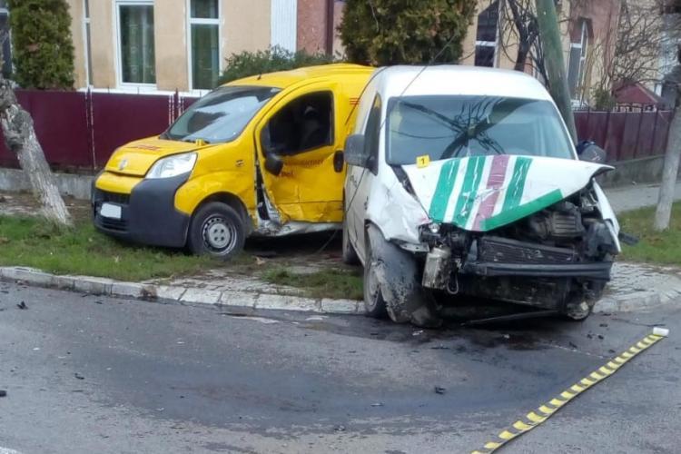 Accident cu trei victime într-o intersecție din Dej! Un pieton a fost lovit chiar pe trotuar FOTO