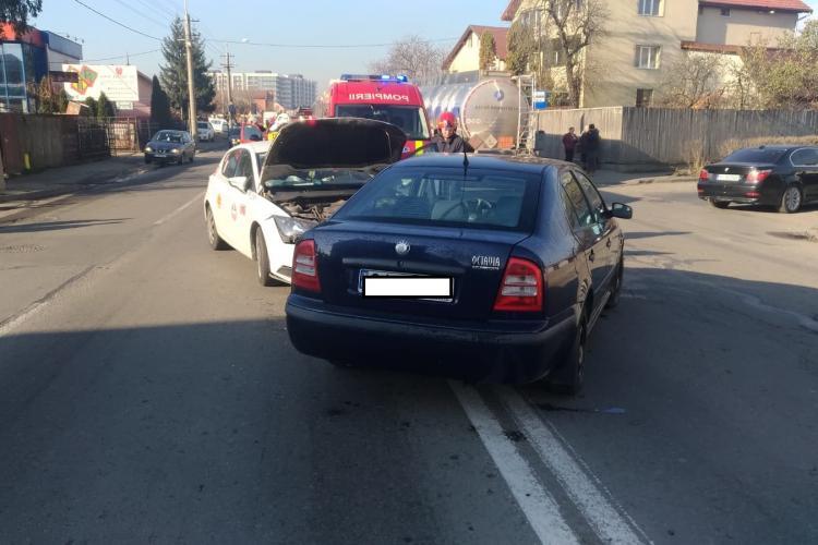 Accident între un taxi și un autoturism, într-o intersecție din Mărăști. Două persoane au fost rănite FOTO