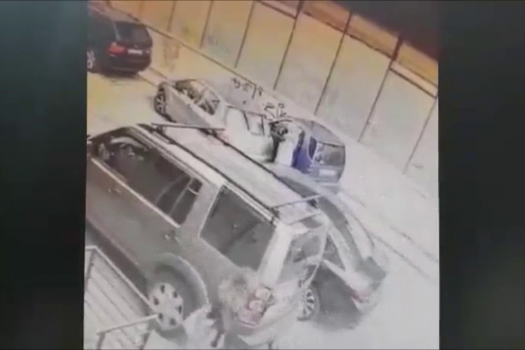 VIDEO - O femeie lovește o mașină parcată lângă Central, în inima Clujului, și fuge! Ghinion! Totul a fost filmat