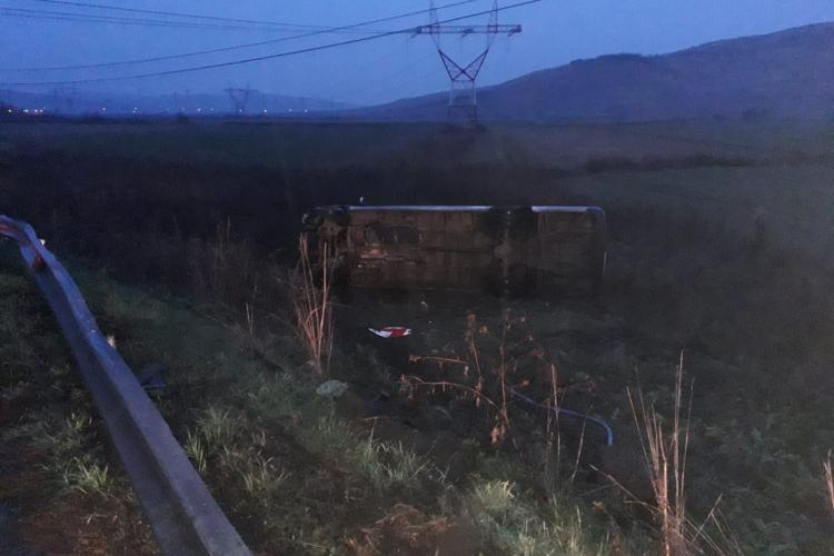 Microbuz cu 16 persoane răsturnat pe un drum din Cluj! Opt persoane au fost rănite FOTO