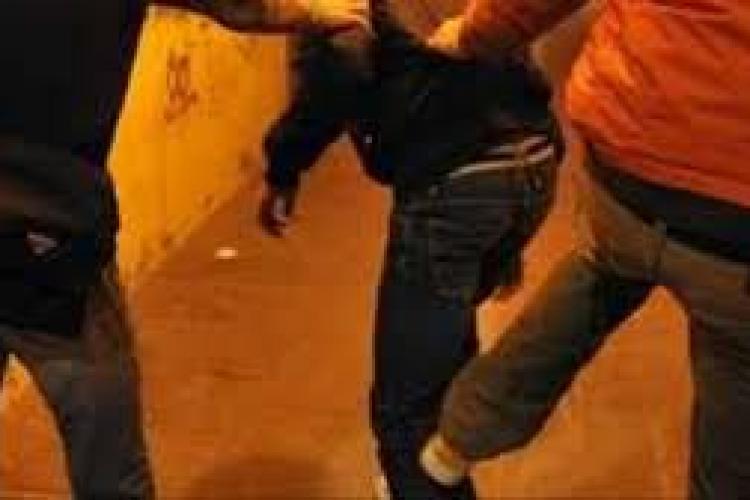 Răfuială în plină stradă la Cluj! Un tânăr a fost atacat cu pietre